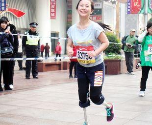 残疾美女戴假肢参赛马拉松