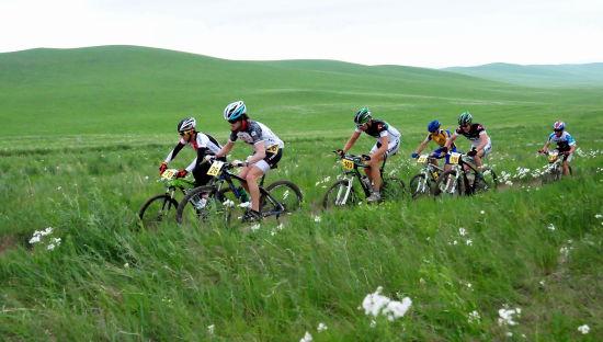 """7月1日,2012中国铁木真国际草原山地车挑战赛在内蒙古素有""""天堂草原""""美誉的西乌珠穆沁旗进行。"""