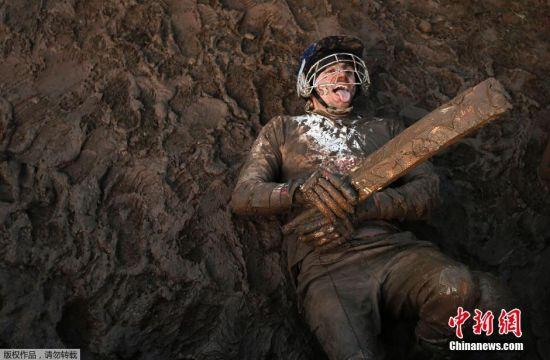 来自全球的上千名挑战者在乡野间赛跑,过程中会遭遇泥塘、火堆、隧道等障碍。