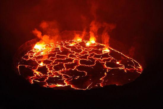 马丁冒着生命危险拍摄火山岩、日蚀、北极光等罕见奇观,所拍照片令人惊叹,仿佛置身地球之外。