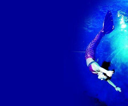 重庆潜水爱好者演绎水下浪漫童话。