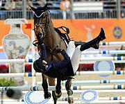 美女骑师惊险坠马