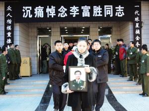 李富胜带着足球上路上千球迷自发送老国门最后一程