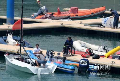 在青岛银海国际游艇俱乐部游艇码头登艇训练的新加坡残疾人帆船运图片
