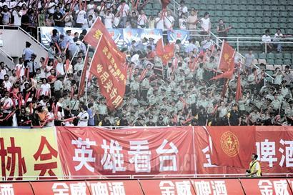 """最可爱的人"""",""""感谢全国人民,四川会更好""""一类的标语,全场球迷也在一遍"""