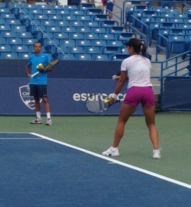 李娜与卡洛斯的首练(图片来源美国网球记者Ben Rothenberg的Twitter)