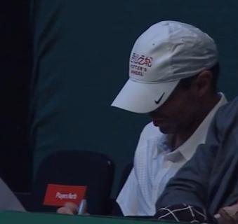 卡洛斯在笔记本上记录着比赛中的不足