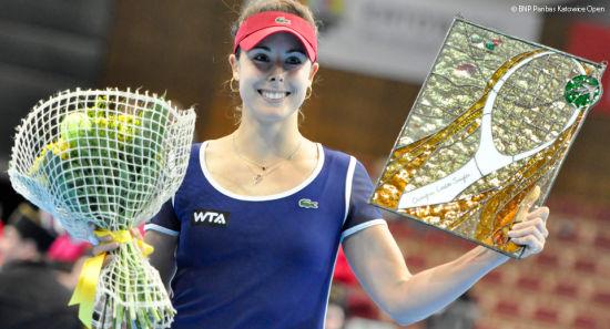 科内特捧起冠军奖杯(图片来自WTA官网)
