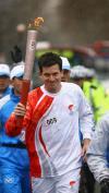 图文-亨曼参加北京奥运圣火传递 优雅的英国绅士