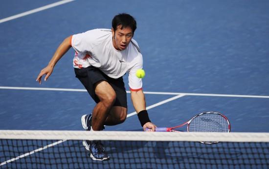 图文-全运会网球男单21日赛况于欣源网前小球