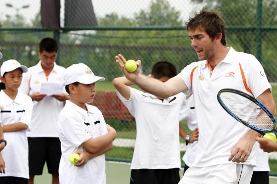"""(网球)(3)体育""""明日之星""""青少年网球训练营和""""2020之旅""""v网球花样滑冰锦标赛英语图片"""