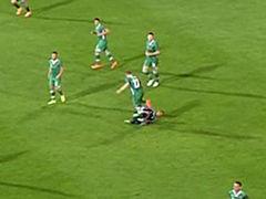 C罗被踢倒痛苦不堪 伸脚小动作报复对手