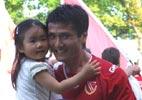 邵佳一与女儿庆祝保级成功