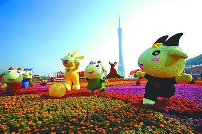 在即将举行广州亚运会开幕式的海心沙岛上,数万盆鲜花早已布置完毕。