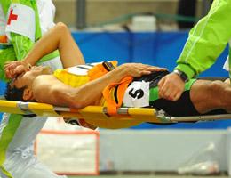 田径场悲剧一幕运动员被接力棒戳私处紧急送医院