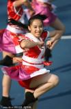 啦啦队穿民族服装演绎特色舞蹈