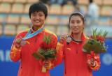 中国选手展示奖牌