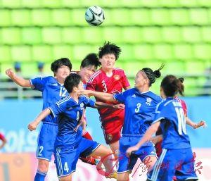 中国女足(红衣)以压倒性的优势取得一场大胜。