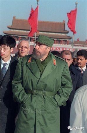 第一次到访中国,卡斯特罗穿上了他标志性的绿军装