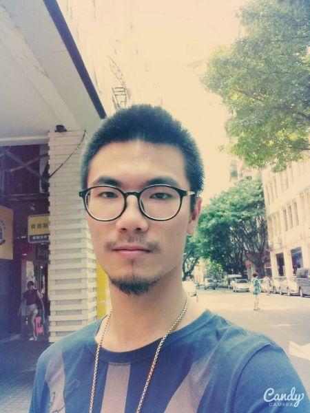 Eric目前仍未跟同事出柜。发稿时,他同意使用其照片,表明他的同志身份。