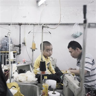 9月13日,大兴区西红门镇,四岁的镟镟坐在爸爸工位前的缝纫机上。
