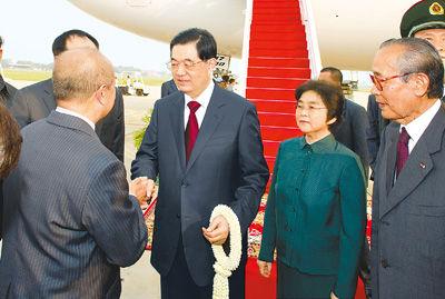 3月30日,国家主席胡锦涛乘专机抵达金边国际机场,开始对柬埔寨进行国事访问。这是胡锦涛主席和夫人刘永清在机场受到柬埔寨国王代表拉那烈亲王和柬埔寨副首相贡桑奥等热情迎接。新华社记者黄敬文摄