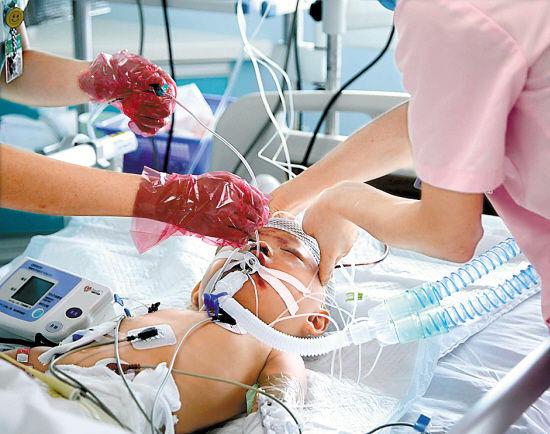 """小悦悦靠呼吸机辅助呼吸,护士说""""她全身冰冷"""" 羊城晚报记者 蔡弘 摄"""